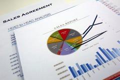 Acordo de vendas e lista de verificação foto de stock