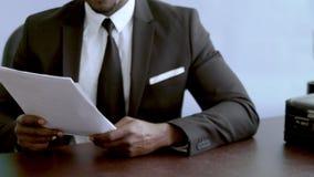 Acordo do negócio do comércio do sucesso nas mãos do homem perto acima vídeos de arquivo