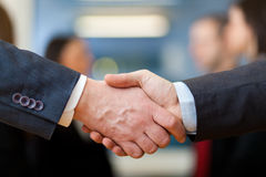 Acordo do negócio, executivos fazer um acordo Imagens de Stock Royalty Free