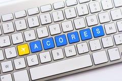 ACORES-Schreiben auf weißer Tastatur mit einer Flugzeugskizze Stockfotos