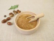 Acorn mąka w drewnianym pucharze zdjęcia royalty free