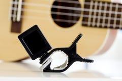 Acorte el sintonizador Equipment For que adapta el sonido de la guitarra del ukelele Fotografía de archivo