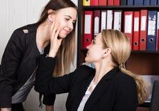 Acosso sexual o chefe fêmea molestou sexualmente o empregado do sexo feminino imagens de stock