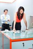 Acosso sexual pelo chefe no escritório asiático Fotografia de Stock