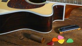 Acousitc Gitarre und Hamonica auf Tabelle Stockfoto