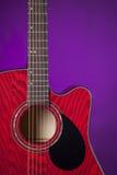 Acoustique de guitare d'isolement sur le pourpre Image libre de droits
