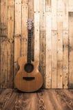 Acoutic-Gitarre auf Weinleseholzhintergrund Lizenzfreies Stockfoto