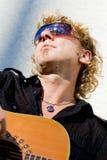 acoutic leka för gitarrman Fotografering för Bildbyråer