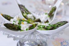 Acparagus, gräslökar och citroncanape Arkivfoto
