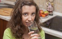 Acqua 2 della bevanda della ragazza scarsa Fotografia Stock