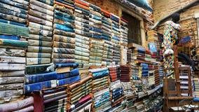 Acqua Alta Bookcase em Veneza: o primeiro pátio exterior com livros foto de stock royalty free