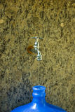 Acqua bassa dal rubinetto Fotografie Stock