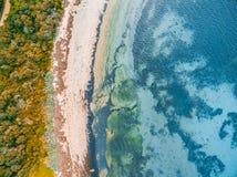 Acqua bassa dell'oceano e spiaggia rocciosa Fotografia Stock