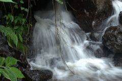 Acqua a bassa velocità nella roccia immagini stock libere da diritti