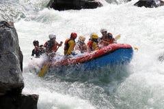 Acqua bianca che trasporta sui rapids del fiume fotografia stock