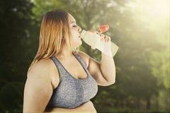 Acqua bionda della bevanda della donna Fotografia Stock Libera da Diritti