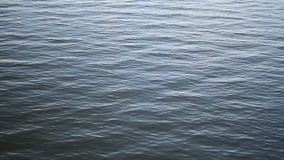 Acqua blu calma di un lago video d archivio