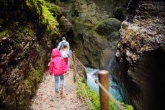 Acqua blu che entra nella gola o nel Partnachklamm di Partnach, inciso tramite una torrente montano nella valle di Reintal vicino immagine stock
