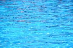 Acqua blu-chiaro con le onde leggere Fotografia Stock