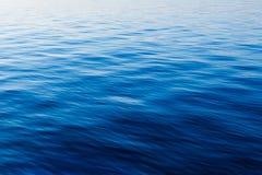 Acqua blu con le onde fotografie stock