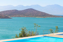 Acqua blu della baia di Mirabello Fotografie Stock