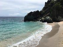 Acqua blu di cristallo il giorno della spiaggia fotografie stock
