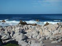 Acqua blu e rocce ghiacciate Fotografia Stock