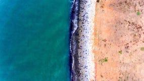 Acqua blu, Grey Rock ed erba gialla Fotografia Stock