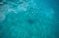 Acqua blu nel mare in Turchia fotografie stock libere da diritti