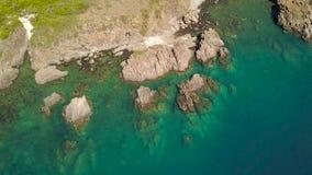 Acqua blu nella laguna del mare e scogliera rocciosa sul paesaggio aereo della riva dal fuco di volo Oceano e montagna aerei del  video d archivio