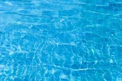 Acqua blu nella piscina Fotografie Stock Libere da Diritti