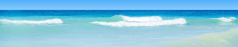 Acqua blu ondulata dell'oceano immagini stock