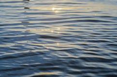 Acqua blu profonda con luce solare sul lago Immagine Stock Libera da Diritti