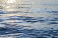 Acqua blu profonda con luce solare sul lago Fotografie Stock Libere da Diritti
