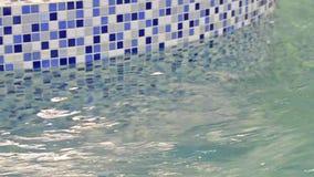 Acqua blu pura nella piscina stock footage