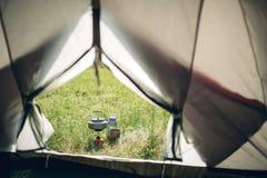Acqua bollente in bollitore sulla stufa di campeggio portatile immagini stock