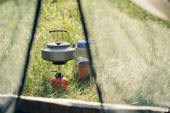 Acqua bollente in bollitore sulla stufa di campeggio portatile fotografia stock