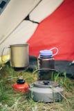 Acqua bollente in bollitore sulla stufa di campeggio portatile Fotografia Stock Libera da Diritti