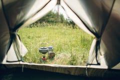 Acqua bollente in bollitore sulla stufa di campeggio portatile immagine stock libera da diritti
