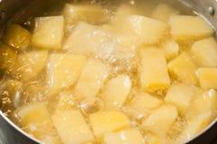 Acqua bollente ed il processo di produrre le purè di patate Bolle di liquido d'ebollizione fotografie stock