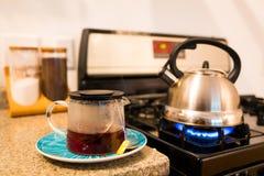 Acqua bollente nel tè di mattina della stufa di gas del bollitore Fotografie Stock Libere da Diritti