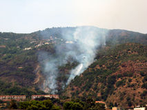 Acqua caduta sull'incendio violento Fotografie Stock Libere da Diritti