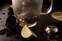 Acqua calda di versamento durante il tè che fa processo Immagini Stock