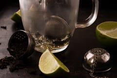 Acqua calda di versamento durante il tè che fa processo Fotografie Stock Libere da Diritti