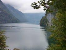 Acqua calma del lago di konigsee Immagini Stock Libere da Diritti