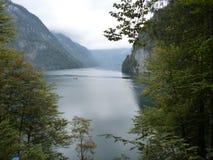 Acqua calma del lago di konigsee Immagini Stock