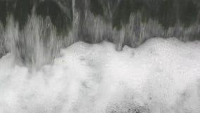 Acqua che cade da una cascata video d archivio
