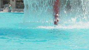 Acqua che cade dalla fontana nello stagno stock footage