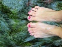 Acqua che circola sui piedi Fotografia Stock