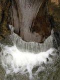 Acqua che circola sulla cascata Fotografie Stock